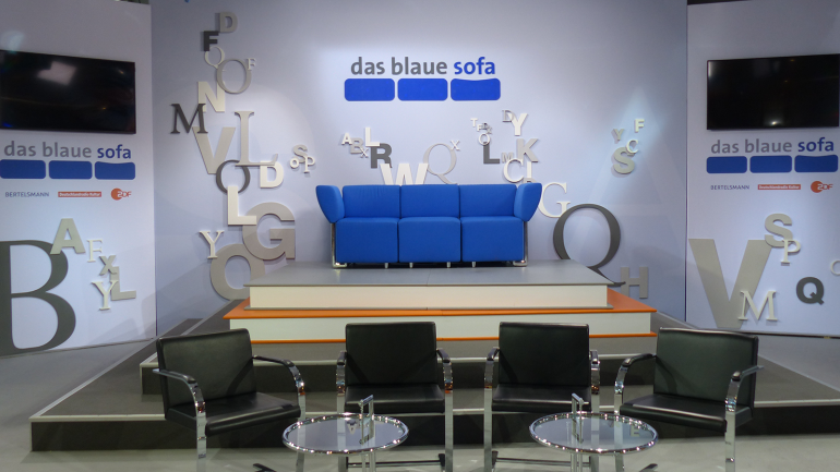 das blaue sofa im oktober bertelsmann se co kgaa. Black Bedroom Furniture Sets. Home Design Ideas